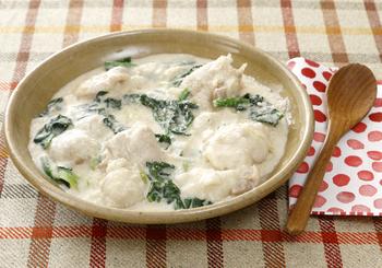 肌寒くなってきたら食べたくなるクリーム煮は、和風出汁と味噌を加えることで、ごはんにもばっちり合うおかずに。ホワイトソースは里芋を潰して作っているので、失敗もなく簡単です。