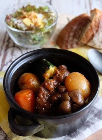 黒ビールを使うと、コクが出てお肉もホロッと柔らかく仕上がります。野菜はゴロゴロと大きめにカットすることで、見栄えも食べ応えも◎人参やしめじなど秋に美味しい野菜を入れて召し上がれ♪