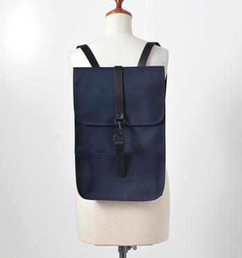 『RAINS(レインズ)』はデンマーク・コペンハーゲンで2012年に設立された、雨の日の憂鬱なイメージをポジティブにするようなアイテム作りをコンセプトにしたブランドです。デザイン性も◎なRAINSのバッグは、雨の日もオシャレしながら安心して持てるのが嬉しいですね。