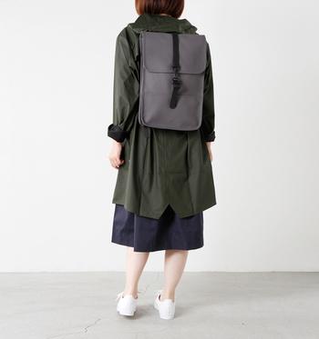 スカートともパンツとも好相性。秋冬の人気色であるカーキを女の子らしく着こなすなら、ブラックよりも柔らかい印象のスモークがおすすめです。