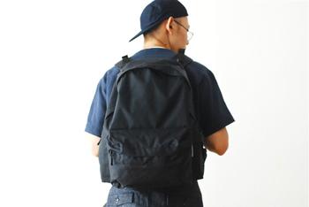 耐久性・防水性のある生地、たくさんの収納ポケット、すぐに取り外しができるショルダーストラップなど…機能性満載のバックパックは、1泊旅行にもおすすめの大容量です。