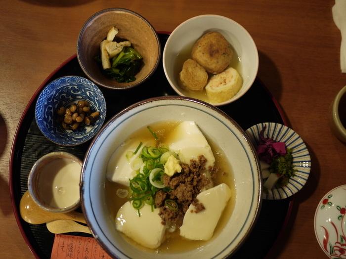 「順正」の「ゆどうふ」コースは、先に紹介した「奥丹」と異なり、各種揃っているので、お腹の具合や好み、予算に合わせて選べます。「湯どうふ」だけでなく、鍋で湯葉や豆腐を作りながら頂く「ゆばコース」や「おてまえどうふ」といったセットコースも用意されています。 【豆腐丼・柚子茶豆乳・大豆昆布煮・小松菜のおひたし・焚き合わせ・生麩田楽・香の物の『とうふ丼セット』。】