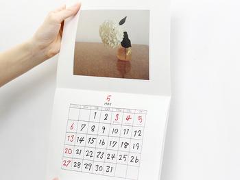 優しいお花の写真や果物など、ナチュラルな写真と手書きの文字がほっと和む素敵なカレンダー。明るいお部屋に似合いそう。