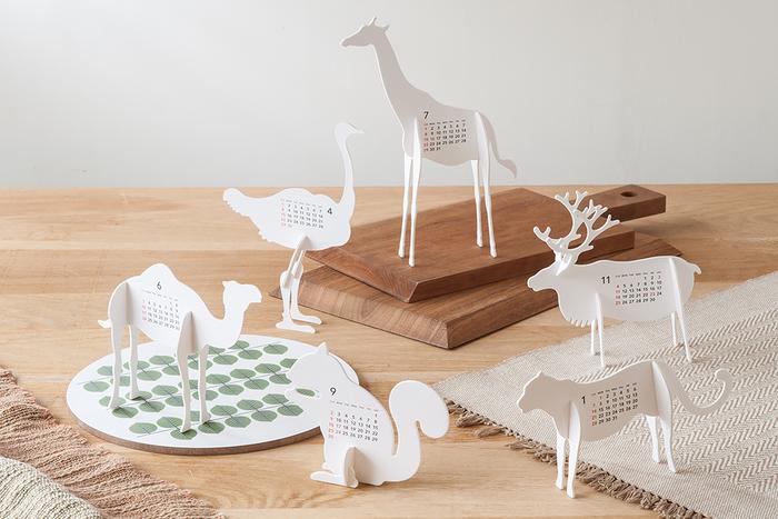 ハサミを使わずに組み立てて作るペーパーキットのカレンダー。動物シリーズの他に、お花やロッキングチェアのデザインもあります。