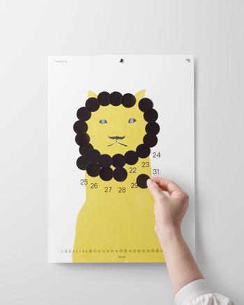 付属のシールを毎日貼って、絵をどんどん変化させていく参加型カレンダー。シールは色々あってオリジナルのカレンダーが出来上がっていきます。