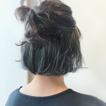 表面をざっくり結んだだけで、おしゃれな印象のハーフスタイルに。シンプルなアレンジは特に、髪を引き出してボリュームを出してあげるとこなれ感が生まれますね。