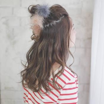 長めの髪は、結び目がごちゃごちゃしてしまうことも。アクセサリーで留めれば結び目や分け目が隠れる+かわいらしさもぐっとアップ♪