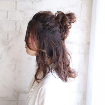 """セミロングさんくらいの長さになると""""マンネリした""""お団子を「ハーフスタイルにする」という方が多いかもしれません。髪の量が多いのでボリュームもたっぷり♪コブシより少し小さめのお団子をつくると頭とのバランスがいいですよ。"""