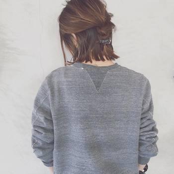 ハチから上の髪をとって、うしろで三つ編みにした簡単アレンジ。バックの三つ編みは短めさんだからこそコンパクトにまとめられる、とっておきのスタイルです。