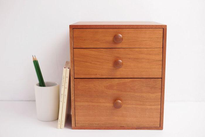 空間に柔らかなあたたかみを添える、卓上サイズの木製引き出しボックス。3段の引き出しはそれぞれ高さが異なり、小物類から少し高さのあるものまで分けて収納することができます。持ち運びできる大きさなので、救急箱やお化粧道具入れとして使うのもおすすめ◎。ネジや釘を用いない伝統的な技術が使われていて、四隅には美しい組目が見えます。