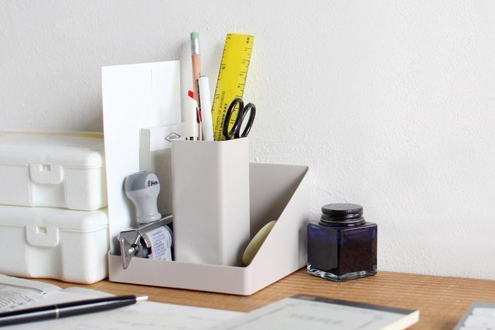 筆記用具にメモ帳にクリップに電卓…。デスク周りの細々としたものをひとまとめにできる、ありそうでない便利なデスクオーガナイザー。奥行きはちょうど文庫本くらいのサイズで、手帳や封筒なども収納できます!どんな空間にも溶け込むシンプルでスタイリッシュなデザインも魅力的で、オシャレに整理整頓したい方にはぴったり。