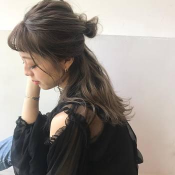 ロングさんのハーフスタイルは、長い髪がすとんと落ちるとクールな印象に。ゆるくていいので髪を巻いてあげると優しい雰囲気になりますよ♪