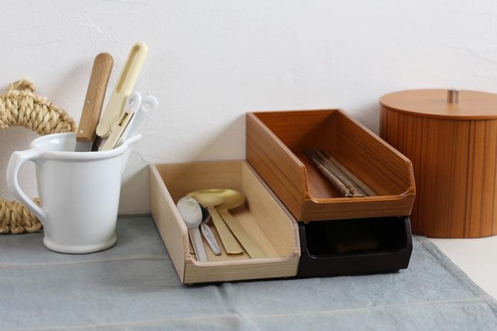 見せる収納としてはもちろん、来客時にはそのままテーブルに出して使える、すっきり上品な佇まいの木製カトラリートレイ。50年以上の歴史を持つ「SAITO WOOD(サイトーウッド)」の技術が存分に活かされた丈夫なトレイは、スタッキングも可能で使い勝手抜群。キッチン小物やスパイスの整理用として使うのもおすすめです。