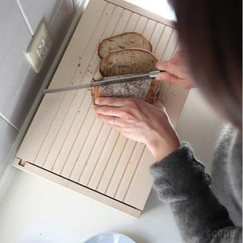 パン派の方におすすめなのが、パンの美味しさを長持ちさせるオシャレなブレッドボックス。「SIDE BY SIDE(サイド バイ サイド)」の、無塗装の木で丁寧に作られたブレッドボックスは、湿度を程よく保てるため美味しさが長持ちするのだそう。  蓋の片面にはギザギザの加工が施されていて、カッティングボードとして使用可能!箱からパンを取り出して、閉めた蓋の上でパンをカット。スペースに余裕がない方にはうれしい機能ですよね。