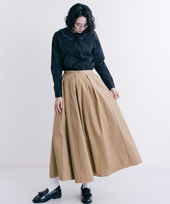 ひざ下丈のふんわりスカートは、今シーズンのマストアイテムのひとつ。秋冬のクラシカルなコーディネートにも欠かせません。スカートでベージュを持っていれば、幅広いカラーとのコーディネートを楽しめます。これから選ぶなら、温もり感のあるベージュをチョイスするといいかも。