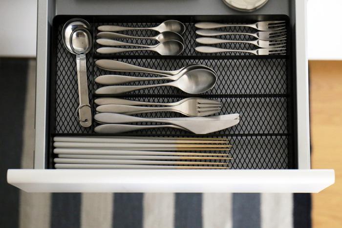 無駄のないすっきりとしたデザインのカトラリートレイは、菜箸も収納できる長めの奥行きが特徴!収納スペースも6つに分かれており、収納場所に困りがちな栓抜きや、ついついごちゃごちゃになるデザートカトラリーなども綺麗に分けて収納できます。底がメッシュになっているので、汚れが溜まりにくくお掃除も楽ちん♪