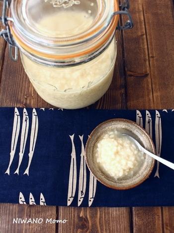 スーパーの調味料売場でも塩麹は定番商品として並んでいますが、自宅でも簡単に作ることができます。 材料は、米麹と塩と水だけとシンプル。どんな料理にも活用できる調味料ですから、ぜひ自家製の塩麹づくりにチャレンジしてみて下さいね!