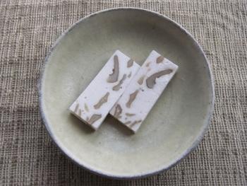 一見洋菓子のようなこちらのお菓子、実は和菓子のカテゴリにある和風ヌガーなんです♪鬼クルミとハチミツの相性がポイントです。黒砂糖を使ったタイプもありますので、お好みのものをチョイスしてみてください。