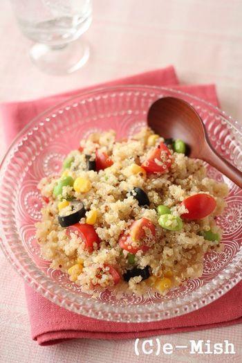 スーパーフードとしてお馴染みのキヌアを使ったサラダです。レシピでは、枝豆やトマト、コーンなどの彩り豊かな具材を添えています。キヌアはご飯代わりになるものなので、これだけでも立派なブランチになります。ヘルシーなブランチを食べたいときに、おすすめです。