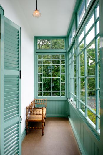 優しいグリーンがレトロ可愛い内観。貴重な純西洋館として知られています。窓枠や暖炉、アンティーク感あふれる照明などのインテリアにも注目してみましょう。