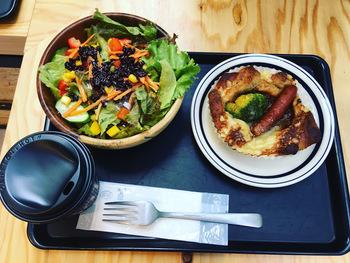 アール・ベーカーでは、日替わりトーストセットや野菜たっぷりのサラダ+店内のお好みのパンを選べるセットメニューなどを食べることができます。値段もお手頃なのが魅力。メニューによっては400円からいただくこともできます。都会の中の自然溢れる場所でゆっくりブランチしたいときに、訪れたいお店です。