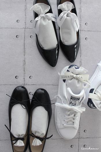 靴のメンテナンスは必須です。防臭・防湿機能のあるシューズキーパーを入れておきましょう。