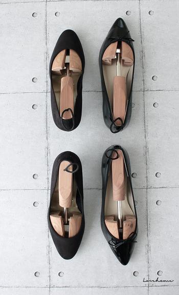 エナメルや革靴の型崩れを防止するシューズキーパー。1日履いた靴に入れておくと、次に履くときも気持ち良く履けます。このまま玄関に置いておいてもおしゃれに見える点も◎やさしいアロマティックシダーの香りも素敵です。