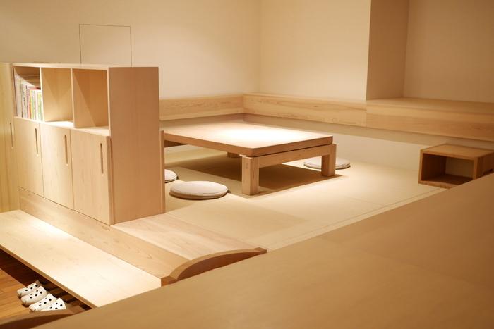5名までゆったりとくつろげる座卓。神社の「大鳥居」に使う木材を大切に保管し作られています。畳なので、お子さん連れも過ごしやすいですね。