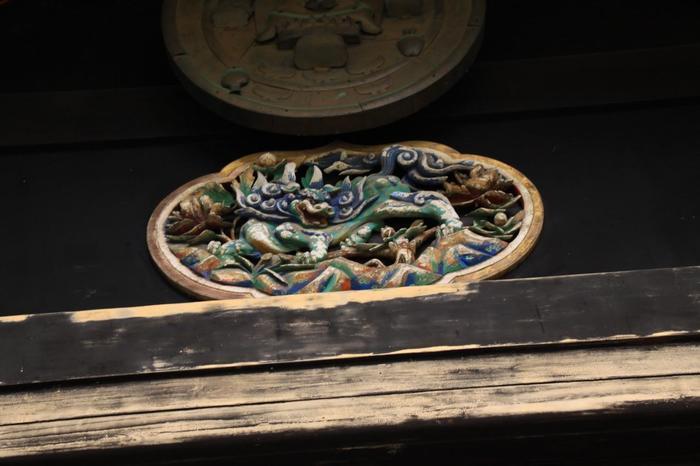 その他、美術史上名高い、長谷川等伯筆の襖絵『猿猴捉月図(えんこうそくげつえんこうず)』や『老松』といった寺宝も多く、「金地院」には、見所が沢山あります。【総漆塗の『東照宮』拝殿の一部。日光や久能山の東照宮と同じように、極彩色に彩られた建物には、美しい細工が施されています。】