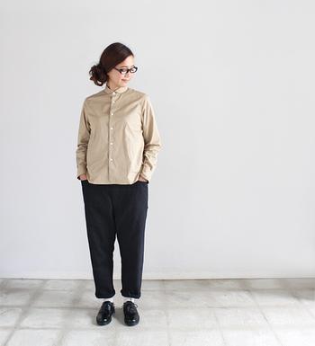 至ってシンプルなシャツ×パンツのコーディネートですが、とても洗練されている印象に見えますよね。無駄な色を省き、ベージュとブラックで統一するとこんなにも品の良いスタイルになるんです。
