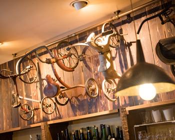 店名でもあるトライシクル=三輪車。店内には、ヨーロッパやアメリカ、日本のアンティークの三輪車が所せましとディスプレイされています。