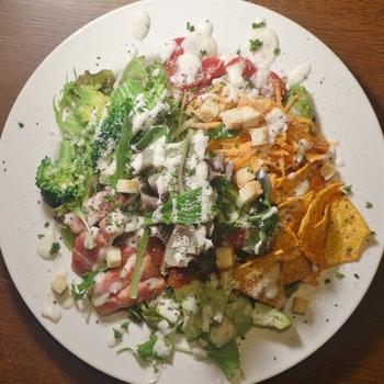 野菜やお肉など、具だくさんのパワーサラダは海外セレブを中心に注目されているメニュー。いろんな種類の野菜がひと皿で摂れるので女性に大人気です。グリルベーコンの香ばしさとアボカドの濃厚さがたまらないおいしさ。