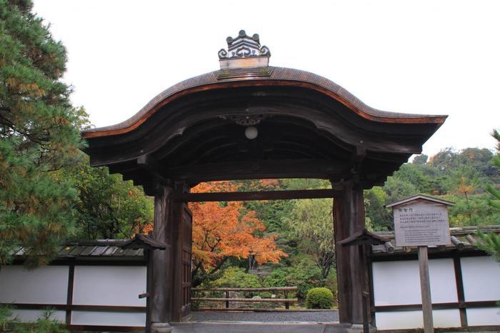 「ねじりまんぼ」を道なりに進み「大寧軒」を過ぎると、左側に在るのが「金地院」です。【境内に建つ『明智門』。庭園入口に建つこの門は、明智光秀が実母の菩提のために建造したと伝わります。】
