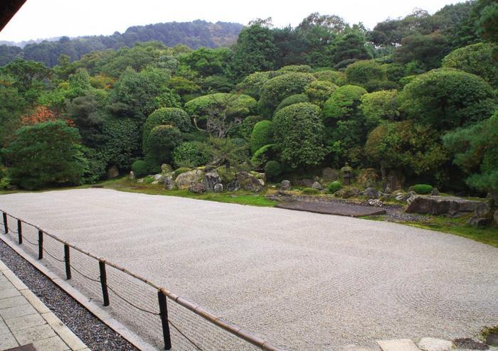 """約1500坪もの広さを誇る、特別名勝『鶴亀の庭』。 方丈の正面の右手に""""鶴島""""、左手に""""亀島""""が配されています。築山の刈り込まれた緑と石組、白砂の大胆な構成は、遠州ならではの意匠です。背後の山々を借景にした、見事な庭園です。"""