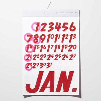ポップなフォントが印象的なカレンダーはカジュアルで元気になれそうなデザイン。月ごとにカラーが異なります。