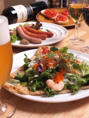 ディナータイムも営業しています。生野菜やシーフードをトッピングしたガレットは、白ワインにもビールにも合うと評判。夜の川越散策のあとにいかがですか?