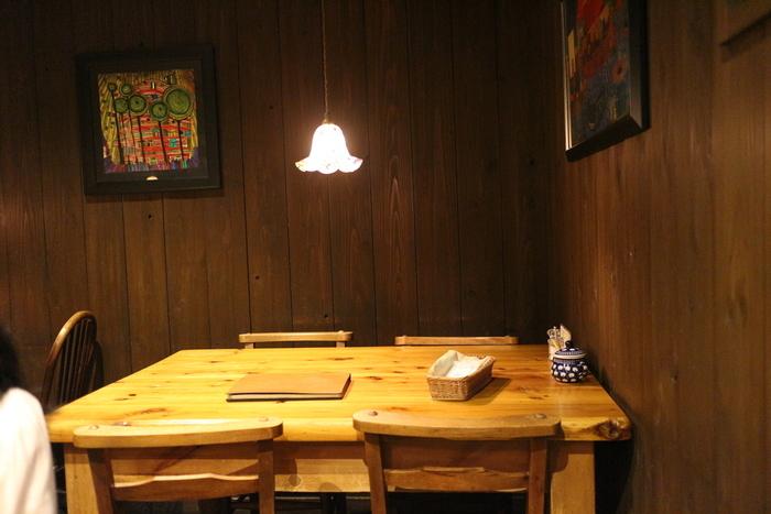 木をベースにした店内はそれほど広くなく、こじんまりとしていますが、リラックスして過ごすことができます。壁にはアンティーク調の飾りやポスターなどが掛けられており、インテリアにもこだわりを感じられます。