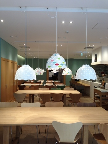 店内のインテリアはとてもシンプル。どこか北欧の雰囲気を感じることもできます。テーブル席は広々としているので、ゆったりくつろぐことができます。