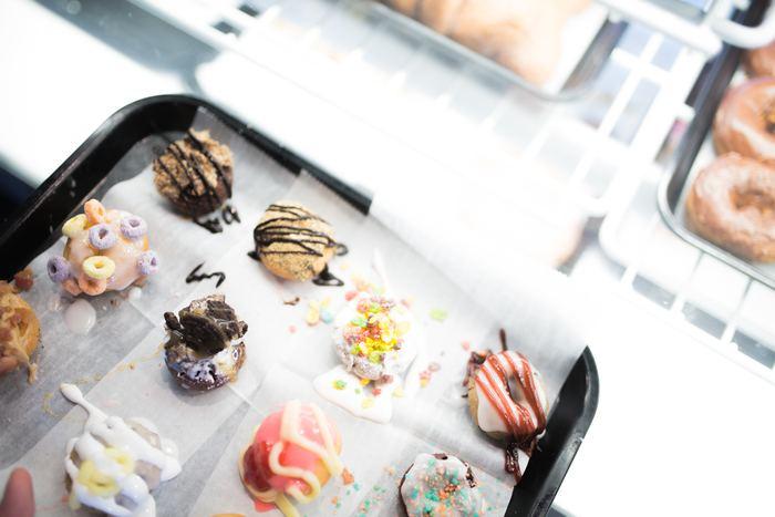 同じクッキーやケーキもトッピングをかえるだけでバリエーションが楽しめます。  スライスしたアーモンドやナッツで歯ごたえにメリハリをつけたり、オレンジピールやジャムで味にアクセントをつけたり。また、リキュールをプラスして、ちょっぴり贅沢な大人スイーツに仕上げてもおしゃれですね。