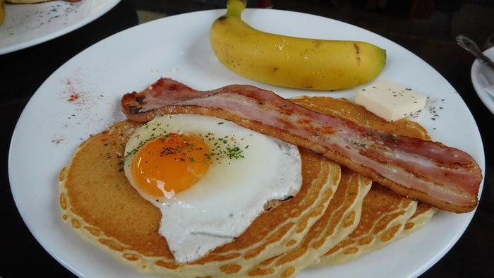 早朝から営業しているので、モーニングも楽しめます。甘さ控えめのパンケーキが4枚とベーコンエッグ、それにバナナとコーヒーがついたボリューム満点のセット。ちょっぴり早起きしてモーニングを食べたら、朝の川越を歩いてみるのもおすすめですよ。