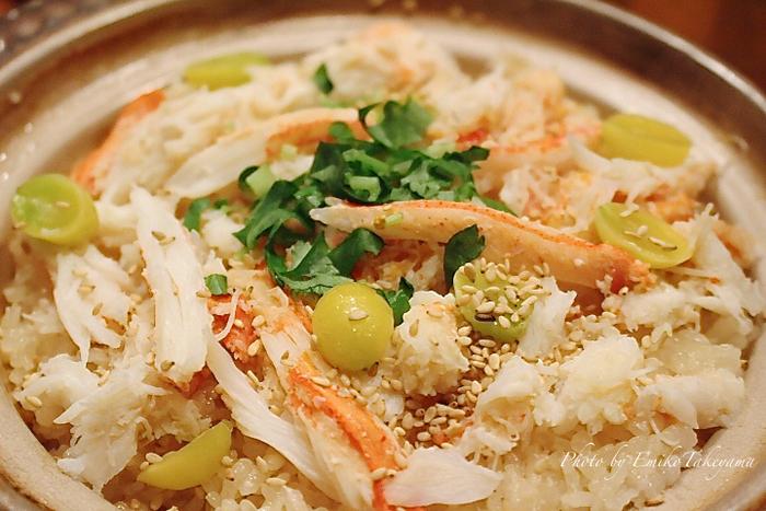 東京中目黒にある割烹料理店「いふう」。お手頃価格で、美味しい小料理、焼鳥、串焼きから日本料理までが味わえます。美味しい炊き込みご飯が人気で、こちらはカニがたっぷり入ったカニの炊き込みご飯。彩りもきれいでカニの甘みが広がります。ウニご飯や穴子ご飯もありますよ。