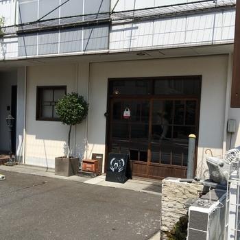 飾らないナチュラルな外観がまたおしゃれです。ガラスの引き戸を開けると古民家風の落ち着いた店内が広がります。松本散歩の途中でふらっと立ち寄ってみたくなりますね。