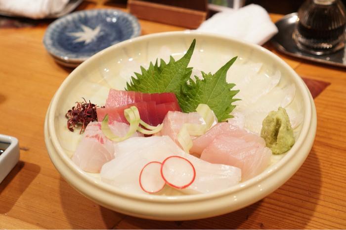 お刺身盛りや焼き魚など、メニューの品ぞろえも充実。日本料理がカジュアルにいただけます。夫婦二人で、美味しいお料理をいただきながら、お腹も心も大満足。