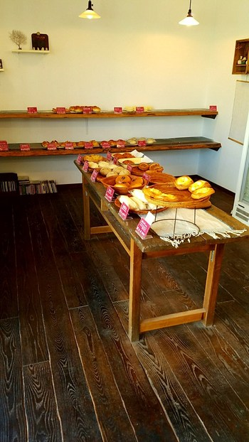 京都で修行を積んだ店主の作るおいしそうなパンがずらりと並びます。野沢菜や信州味噌を使ったオリジナルパンなどもありますので、お目当てのパンが売り切れの時には、新しいパンとの出会いを試してみるのもおすすめ♪