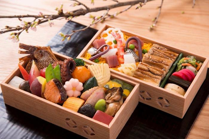 旬の食材を使った日本料理を、美味しい日本酒やワインを飲みながらいただける「白虹(びゃっこ)」。3つのコースがあり、日本の季節が感じられるお料理が楽しめます。とってもきれいで思わずため息がもれそうな懐石弁当。ぎっしり具材が詰まっていて、どれから食べるか迷いそう。会話もはずみそうですね。