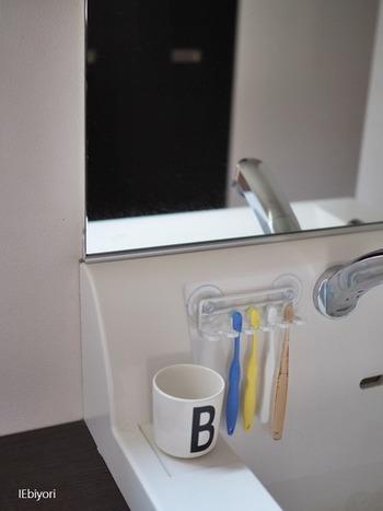 ぶら下げて使用するので水気等も溜まりにくくいつでも清潔。お手入れ楽チンなところも嬉しいですね。吸盤が付いてるので、洗面台や壁など水回りの空いてるスペースに取り付けられます。