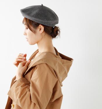 秋冬になるとベレー帽をかぶったファッションを楽しまれる方も多いはず。 今回はベレー帽スタイルがもっと素敵に楽しめるヘアスタイル・ヘアアレンジをご紹介します。