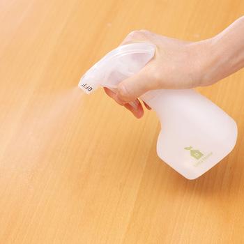 掃除機などで取り除けない汚れは、中性洗剤で取り除きましょう!ただし、白木やコルクの床などは適していないため、注意が必要です。使用するときは、必ず洗剤の「使用上の注意」を読みましょう!