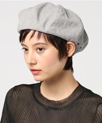 シンプルな耳かけスタイルもベレー帽スタイルに合います。 顔周りの髪を少し残すと小顔効果アップ♪