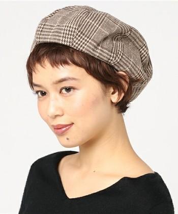 外国人風のニュアンスカールのショートヘアもベレー帽の雰囲気によく合います。
